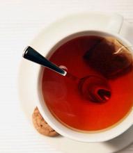 Черный чай в белой чашке